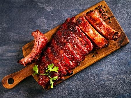 Свински ребра печени на фурна в марината от бяло вино, соев сос, чесън, мед и кимион - снимка на рецептата